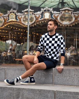 Как и с чем носить: черно-белый свитер с круглым вырезом в клетку, темно-синие шорты, темно-синие высокие кеды из плотной ткани, черные кожаные часы