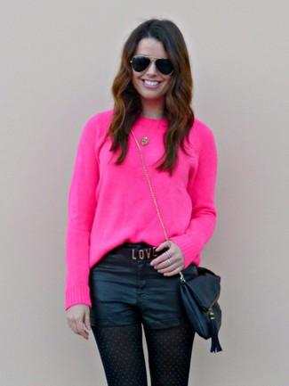 Как и с чем носить: ярко-розовый свитер с круглым вырезом, черные кожаные шорты, черная кожаная сумка через плечо, черные солнцезащитные очки