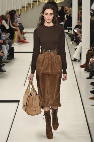 Как и с чем носить: темно-коричневый свитер с круглым вырезом, коричневая кожаная юбка-карандаш, коричневые кожаные ботильоны на шнуровке, светло-коричневая замшевая большая сумка