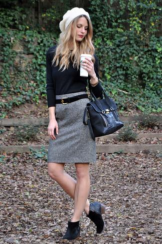 Как и с чем носить: черный свитер с круглым вырезом, серая шерстяная юбка-карандаш, черные замшевые ботильоны, черная замшевая сумка-саквояж