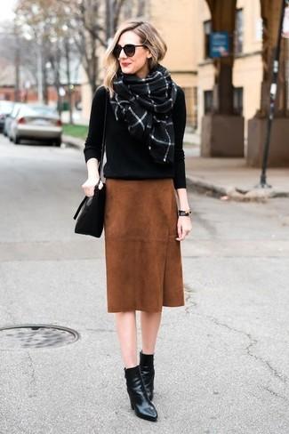 Как и с чем носить: черный свитер с круглым вырезом, табачная замшевая юбка-карандаш, черные кожаные ботильоны, черная кожаная сумка через плечо
