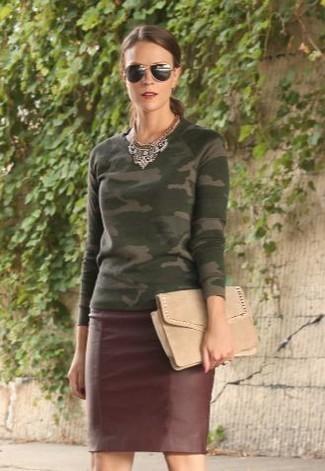 Как и с чем носить: оливковый свитер с круглым вырезом с камуфляжным принтом, темно-красная кожаная юбка-карандаш, бежевый замшевый клатч, черные солнцезащитные очки