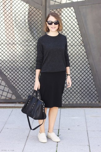 Как и с чем носить: темно-серый свитер с круглым вырезом, черная юбка-карандаш, бежевые кожаные слипоны, черная кожаная большая сумка