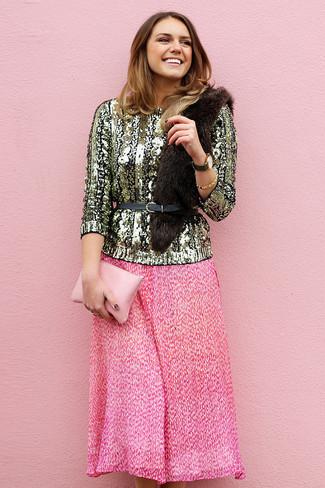 Как и с чем носить: золотой свитер с круглым вырезом с пайетками, ярко-розовая юбка-миди со складками, розовый кожаный клатч, черный кожаный пояс