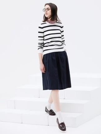 Как и с чем носить: бело-черный свитер с круглым вырезом в горизонтальную полоску, темно-синяя юбка-миди со складками, темно-коричневые кожаные лоферы с кисточками, разноцветная бандана в горизонтальную полоску