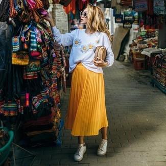 Как и с чем носить: белый свитер с круглым вырезом с цветочным принтом, желтая юбка-миди со складками, белые низкие кеды, светло-коричневый соломенный клатч