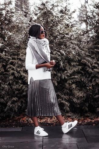 Как и с чем носить: белый свитер с круглым вырезом, серебряная юбка-миди со складками, бело-черные кожаные низкие кеды, серый шарф в вертикальную полоску