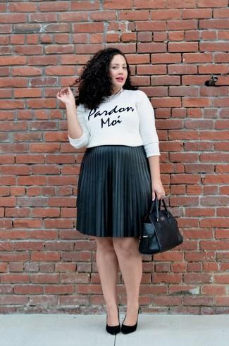 Как и с чем носить: бело-черный свитер с круглым вырезом с принтом, черная юбка-миди со складками, черные замшевые туфли, черная кожаная большая сумка