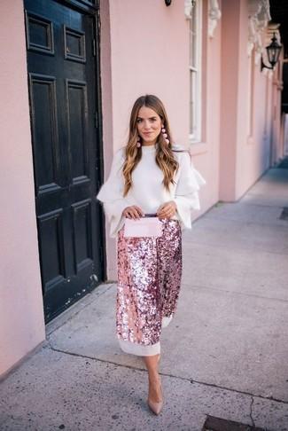 Как и с чем носить: белый свитер с круглым вырезом с рюшами, розовая юбка-миди с пайетками, светло-коричневые кожаные туфли, розовый кожаный клатч
