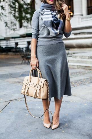 Как и с чем носить: серый свитер с круглым вырезом, серая шерстяная юбка-миди, бежевые кожаные туфли, бежевая кожаная сумка-саквояж