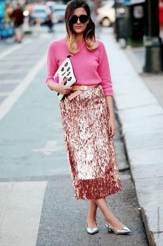 Как и с чем носить: ярко-розовый свитер с круглым вырезом, розовая юбка-миди с пайетками, серебряные кожаные туфли, белый кожаный клатч с принтом