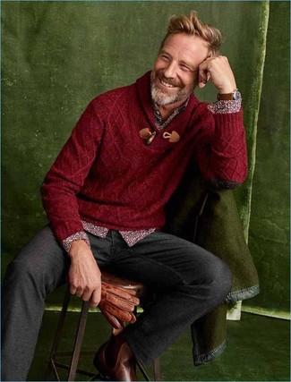 Как и с чем носить: темно-красный свитер с отложным воротником, темно-красная рубашка с длинным рукавом с цветочным принтом, темно-серые шерстяные брюки чинос, коричневые кожаные ботинки челси