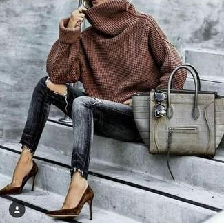 Как и с чем носить: коричневый свитер с хомутом, темно-серые рваные джинсы скинни, темно-коричневые замшевые туфли, серая кожаная большая сумка со змеиным рисунком