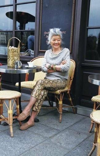 Как и с чем носить: серый свитер с хомутом, коричневые кожаные узкие брюки со змеиным рисунком, коричневые кожаные мокасины, желтая кожаная сумка-мешок со змеиным рисунком