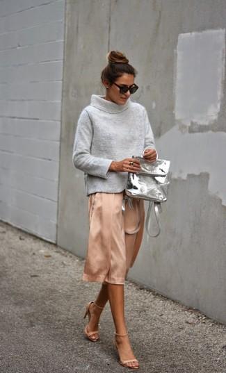 Как и с чем носить: серый свитер с хомутом, розовая шелковая юбка-миди, бежевые кожаные босоножки на каблуке, серый кожаный рюкзак