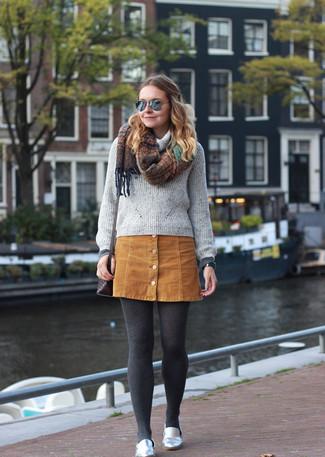 Как и с чем носить: серый свитер с хомутом, светло-коричневая замшевая юбка на пуговицах, серебряные кожаные лоферы, темно-коричневая кожаная сумка через плечо