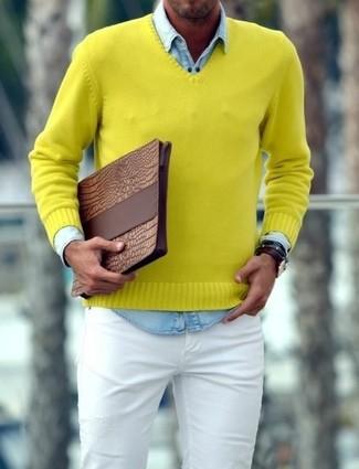 Как и с чем носить: желтый свитер с v-образным вырезом, голубая джинсовая рубашка, белые зауженные джинсы, коричневый кожаный мужской клатч