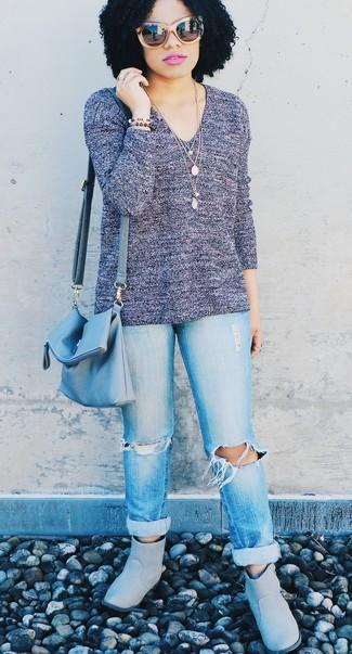 Как и с чем носить: фиолетовый свитер с v-образным вырезом, голубые рваные джинсы-бойфренды, серые угги, голубая кожаная сумка через плечо