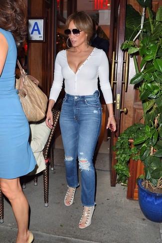 Как и с чем носить: белый свитер с v-образным вырезом, синие рваные джинсы, бежевые босоножки на каблуке из плотной ткани, черные солнцезащитные очки