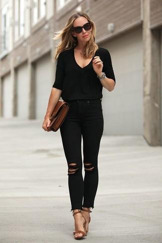 Как и с чем носить: черный свитер с v-образным вырезом, черные рваные джинсы скинни, коричневые кожаные босоножки на каблуке, коричневый кожаный клатч