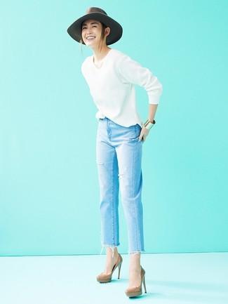 Как и с чем носить: белый свитер с v-образным вырезом, голубые рваные джинсы, коричневые кожаные туфли, серая шерстяная шляпа