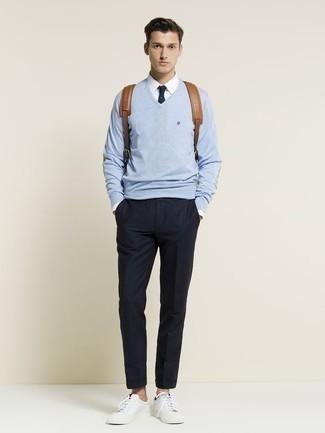 Модные мужские луки 2020 фото: Голубой свитер с v-образным вырезом и темно-синие брюки чинос гармонично впишутся в мужской образ в расслабленном стиле. Заверши ансамбль белыми кожаными низкими кедами, если боишься, что он получится слишком зализанным.