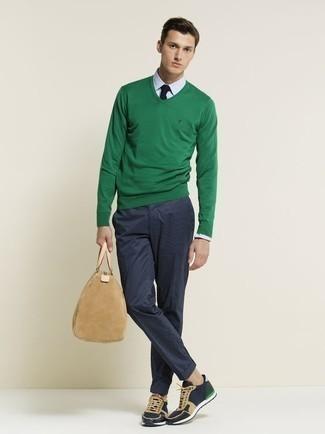 Модные мужские луки 2020 фото: Зеленый свитер с v-образным вырезом и темно-синие брюки чинос идеально подходят для воплощения городского лука на каждый день. Создать интересный контраст с остальными составляющими этого лука помогут темно-синие кроссовки.
