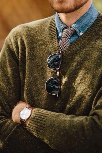 """Как и с чем носить: оливковый свитер с v-образным вырезом, синяя классическая рубашка из шамбре, коричневый шерстяной галстук с рисунком """"гусиные лапки"""", темно-коричневые солнцезащитные очки"""