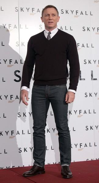 Как Daniel Craig носит Черный свитер с v-образным вырезом, Белая классическая рубашка, Темно-серые джинсы, Темно-красные кожаные ботинки броги