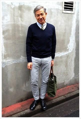Как и с чем носить: темно-синий свитер с v-образным вырезом, белая классическая рубашка, серые джинсы, черные кожаные туфли дерби