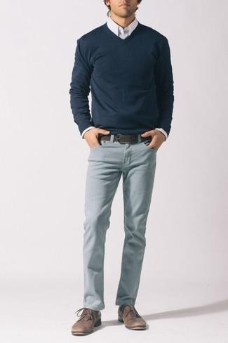 Белая классическая рубашка в вертикальную полоску: с чем носить и как сочетать мужчине: Белая классическая рубашка в вертикальную полоску и голубые джинсы — идеальный мужской образ для встречи в дорогом ресторане. Думаешь сделать образ немного строже? Тогда в качестве обуви к этому образу, выбери коричневые замшевые туфли дерби.