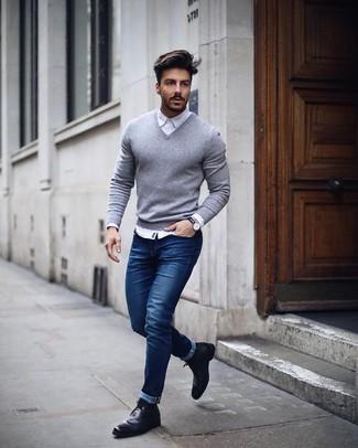 Как и с чем носить: серый свитер с v-образным вырезом, белая классическая рубашка, синие зауженные джинсы, черные кожаные ботинки челси