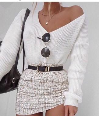 Как и с чем носить: белый свитер с v-образным вырезом, бежевая твидовая мини-юбка, черный кожаный рюкзак, черный кожаный ремень
