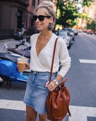 Как и с чем носить: бежевый свитер с v-образным вырезом, синяя джинсовая мини-юбка, табачный кожаный рюкзак, черные солнцезащитные очки