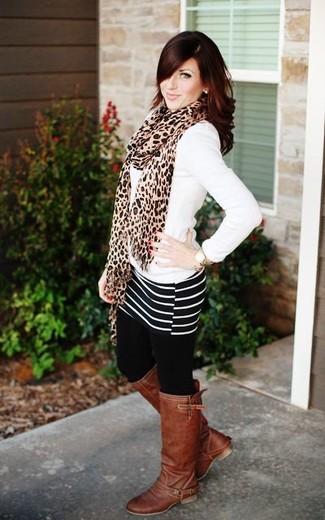 Как и с чем носить: белый свитер с v-образным вырезом, черно-белая мини-юбка в горизонтальную полоску, коричневые кожаные сапоги, светло-коричневый шарф с леопардовым принтом