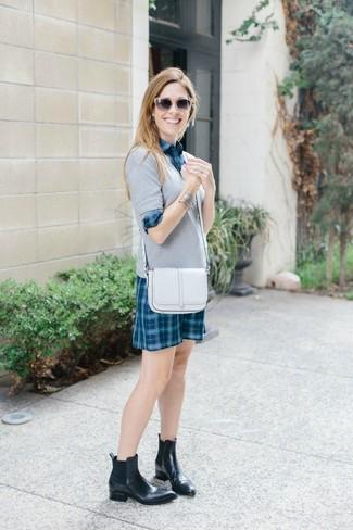 Как и с чем носить: серый свитер с v-образным вырезом, темно-бирюзовое платье-рубашка в шотландскую клетку, черные кожаные ботинки челси, белая кожаная сумка через плечо