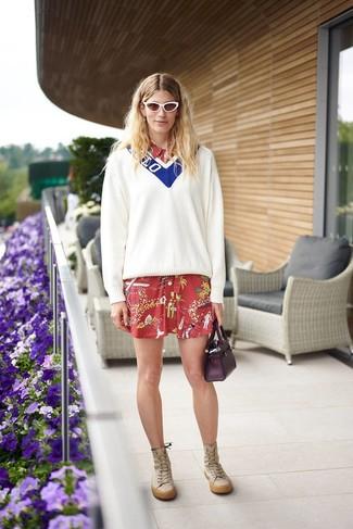 Как и с чем носить: бело-синий свитер с v-образным вырезом, красное платье-рубашка с принтом, светло-коричневые кожаные сапоги, темно-пурпурная кожаная сумочка