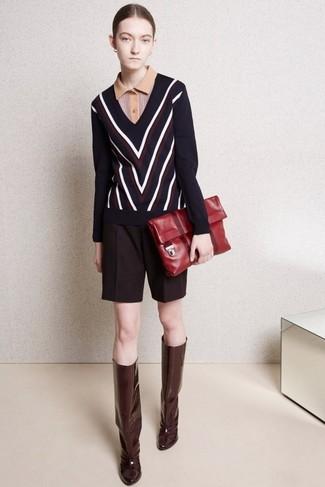 Как и с чем носить: темно-синий свитер с v-образным вырезом с узором зигзаг, светло-коричневая рубашка поло, темно-красные шерстяные шорты, темно-красные кожаные сапоги