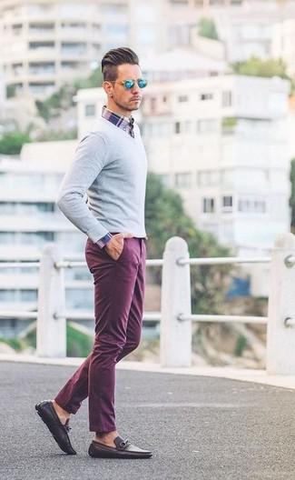 Как и с чем носить: серый свитер с v-образным вырезом, бело-красно-синяя рубашка с длинным рукавом в шотландскую клетку, пурпурные брюки чинос, темно-коричневые кожаные лоферы