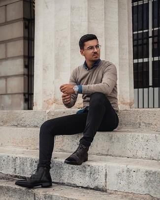 С чем носить прозрачные солнцезащитные очки мужчине: Если ты наметил себе суматошный день, сочетание светло-коричневого свитера с v-образным вырезом и прозрачных солнцезащитных очков поможет создать практичный ансамбль в непринужденном стиле. Думаешь привнести в этот наряд нотку строгости? Тогда в качестве обуви к этому образу, выбирай темно-коричневые кожаные повседневные ботинки.