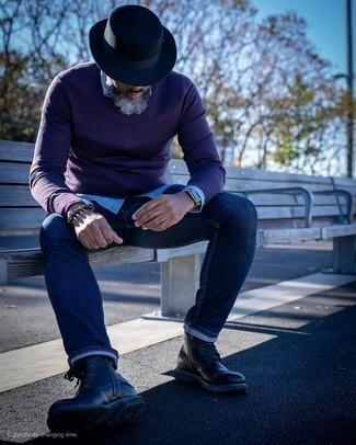 Модные мужские луки 2020 фото: Темно-пурпурный свитер с v-образным вырезом и темно-синие джинсы прочно закрепились в гардеробе многих молодых людей, помогая составлять запоминающиеся и стильные луки. Любишь необычные идеи? Заверши образ черными кожаными повседневными ботинками.