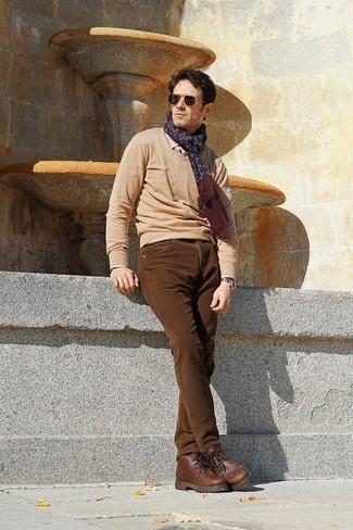 Темно-коричневые солнцезащитные очки: с чем носить и как сочетать мужчине: Светло-коричневый свитер с v-образным вырезом и темно-коричневые солнцезащитные очки помогут составить несложный и удобный образ для выходного дня в парке или вечера в баре с друзьями. Любители модных экспериментов могут завершить лук коричневыми кожаными ботинками дезертами, тем самым добавив в него чуточку классики.