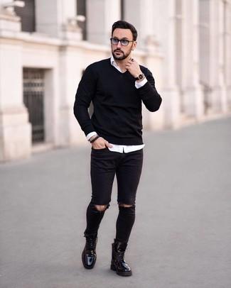 Как и с чем носить: черный свитер с v-образным вырезом, белая рубашка с длинным рукавом, черные рваные зауженные джинсы, черные кожаные повседневные ботинки