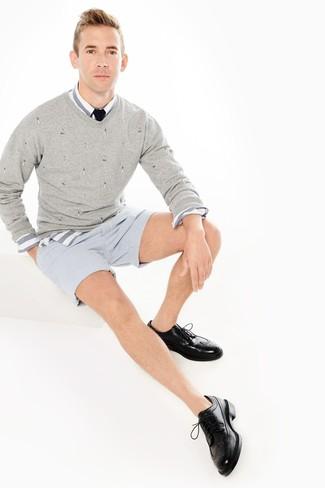 Как и с чем носить: серый свитер с v-образным вырезом, бело-синяя рубашка с длинным рукавом в горизонтальную полоску, голубые шорты из жатого хлопка в вертикальную полоску, черные кожаные броги