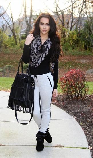 Как и с чем носить: черный свитер с v-образным вырезом, бело-черные спортивные штаны, черные замшевые высокие кеды, черная кожаная большая сумка c бахромой
