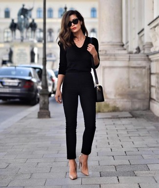 Как и с чем носить: черный свитер с v-образным вырезом, черные узкие брюки, светло-коричневые кожаные туфли, черная кожаная сумка через плечо