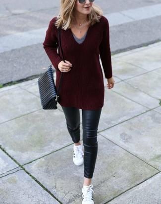 Как и с чем носить: темно-красный свитер с v-образным вырезом, серая футболка с v-образным вырезом, черные кожаные джинсы скинни, белые кожаные низкие кеды