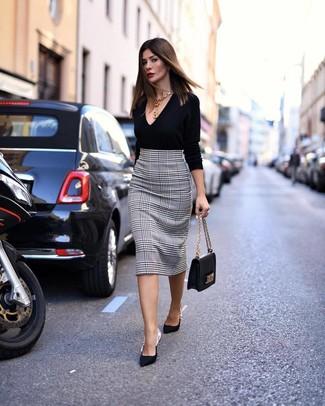 """Как и с чем носить: черный свитер с v-образным вырезом, бело-черная юбка-карандаш с узором """"гусиные лапки"""", черные сатиновые туфли, черная кожаная сумка-саквояж"""