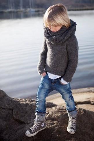 Как и с чем носить: темно-серый свитер, белая футболка с длинным рукавом, синие джинсы, серые кеды