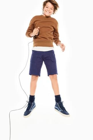 Модный лук: коричневый свитер, белая футболка, темно-синие шорты, темно-синие кеды